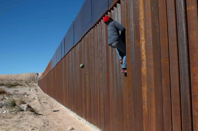 Autoridades de México advierten a los inmigrantes sobre el riesgo de las altas temperaturas en el desierto varios estados. (Foto Prensa Libre: EFE)