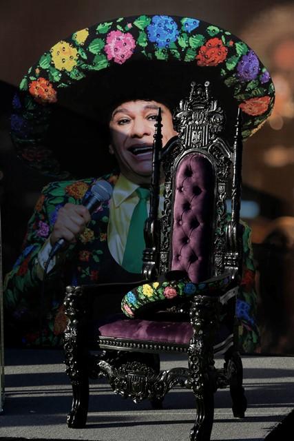 Una silla vacía con charro mexicano fue colocada en el escenario. (Foto Prensa Libre: AP).