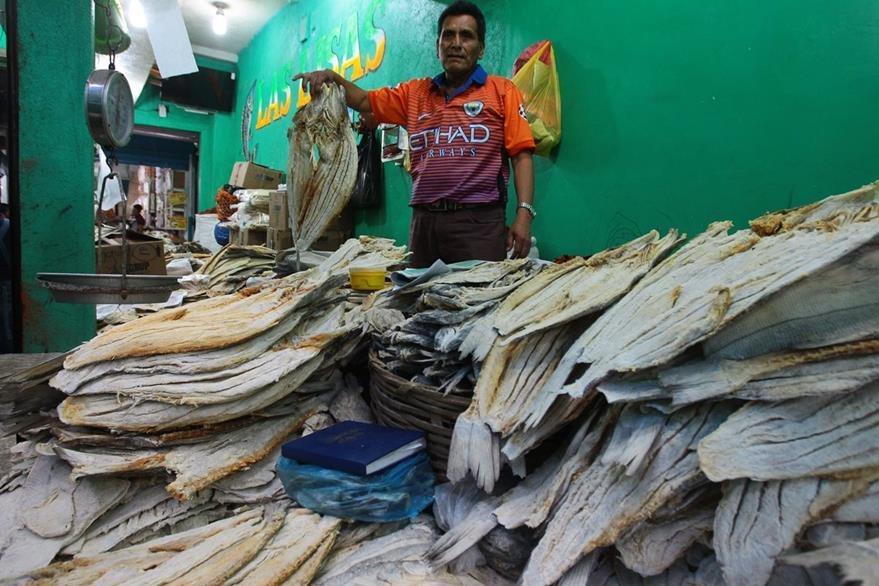 El pescado seco, verduras, legumbres, frutas y una gran variedad de productos de temporada de cuaresma, forman parte del comercio en el mercado de la terminal en la zona 4 de la ciudad de Guatemala.