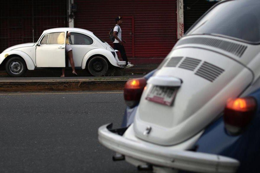 Dos Volkswagen Beatle en una calle de Acapulco. (Foto Prensa Libre: AFP)