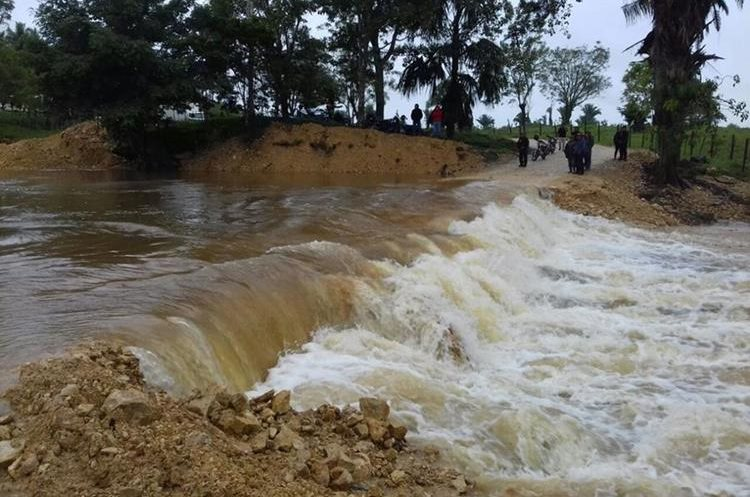 Varios ríos se desbordaron y causaron inundaciones en cientos de viviendas de varias comunidades de San Mateo Ixtatan. (Foto Prensa Libre: Mike Castillo)
