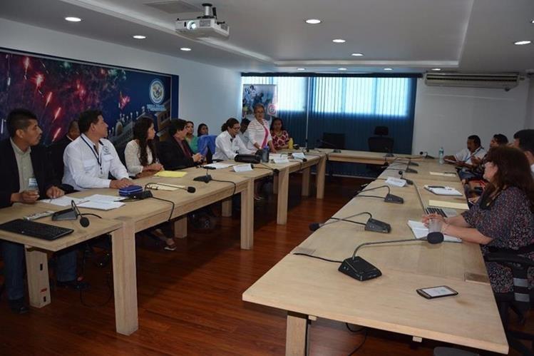 Autoridades locales, de Educación, Salud y Recreación brindan detalles del plan piloto. (Foto Prensa Libre: Cortesía Muni Villa Nueva)