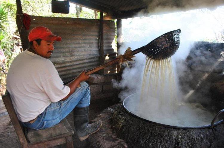 Para mover el caldo se usan guacales. (Foto Prensa Libre: Mario Morales)