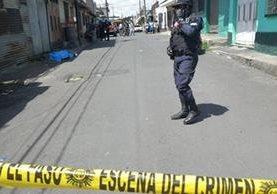 Un hombre murió luego de recibir 10 balazos en la zona 7 de Mixco. (Foto Prensa Libre: Érick Ávila)