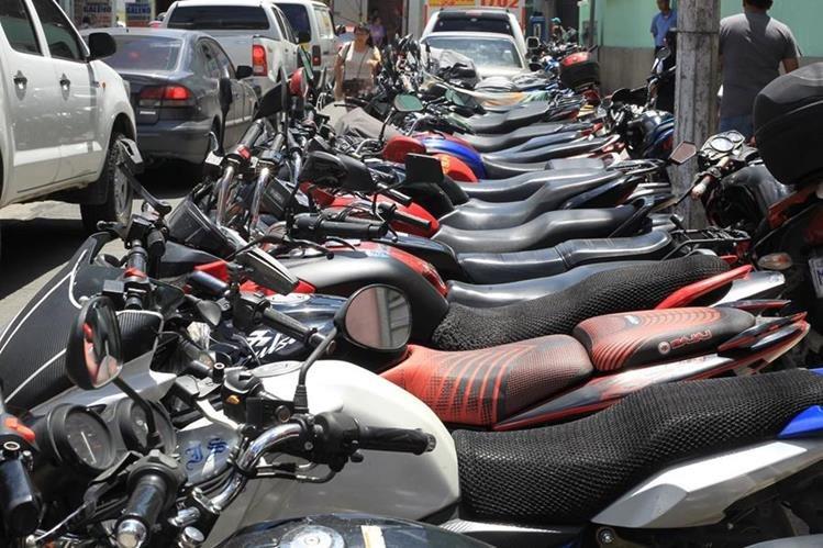 La gran mayoría de motoristas no aseguran sus vehículos.(Foto Prensa Libre: Estuardo Paredes)