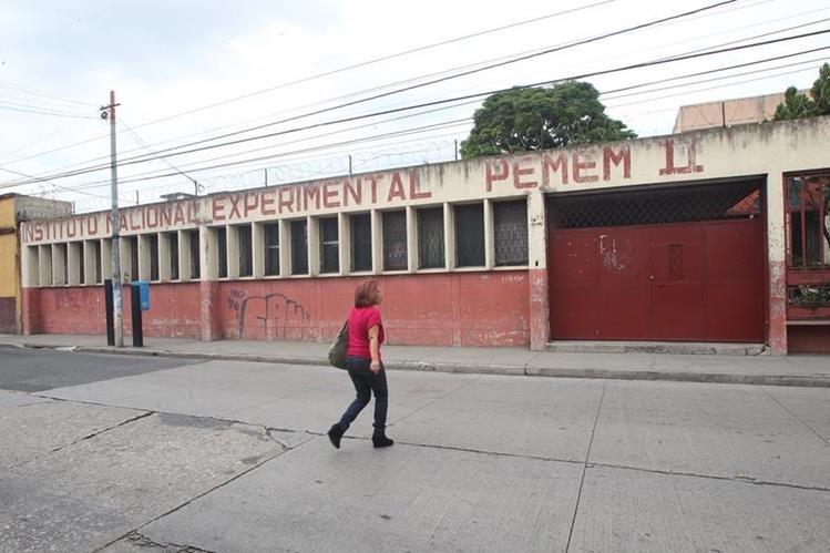En el instituto de educación básica Pemen II, ubicado en la zona 1, habría ocurrido el acoso a las estudiantes. (Foto Prensa Libre: Érick Ávila)