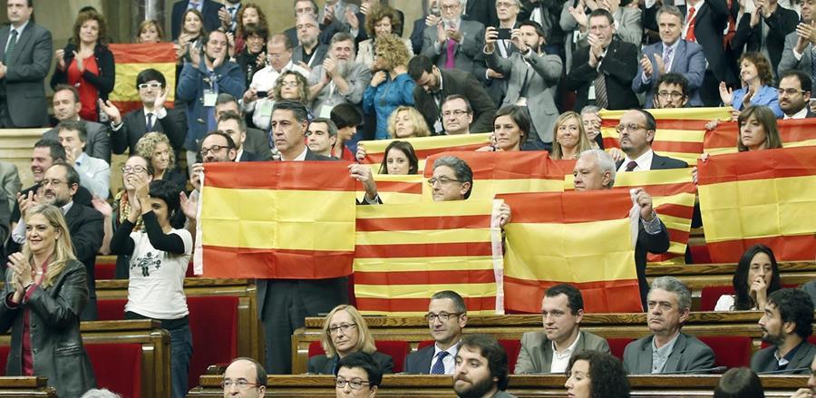 Diputados del PPC muestran banderas españolas y catalanas este lunes. (Foto Prensa Libre: EFE).