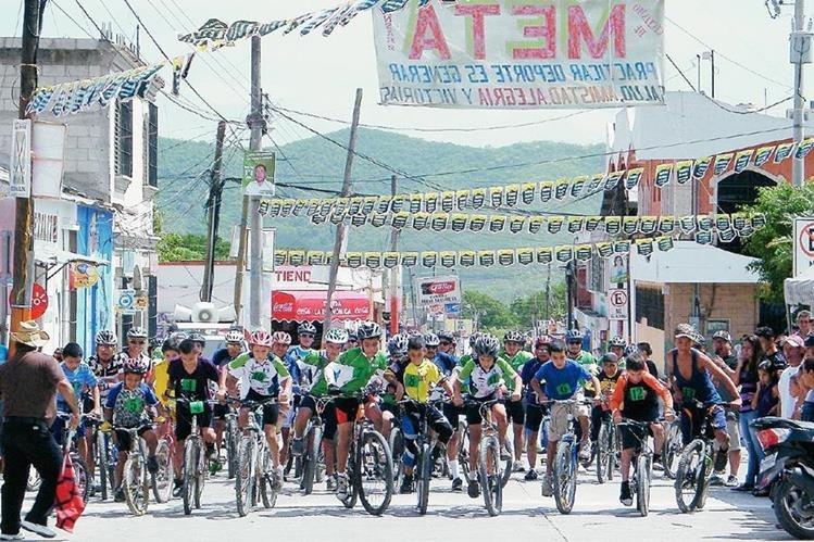 Ochenta jóvenes y adultos participaron en la tercera carreta Valle del Sare, en Sansare, El Progreso. (Foto Prensa Libre: Héctor Contreras)