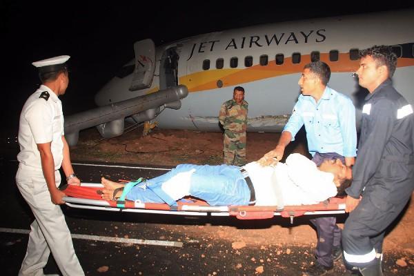 Traslado de uno de los pasajeros heridos del avión de  Jet Airways. (AP).