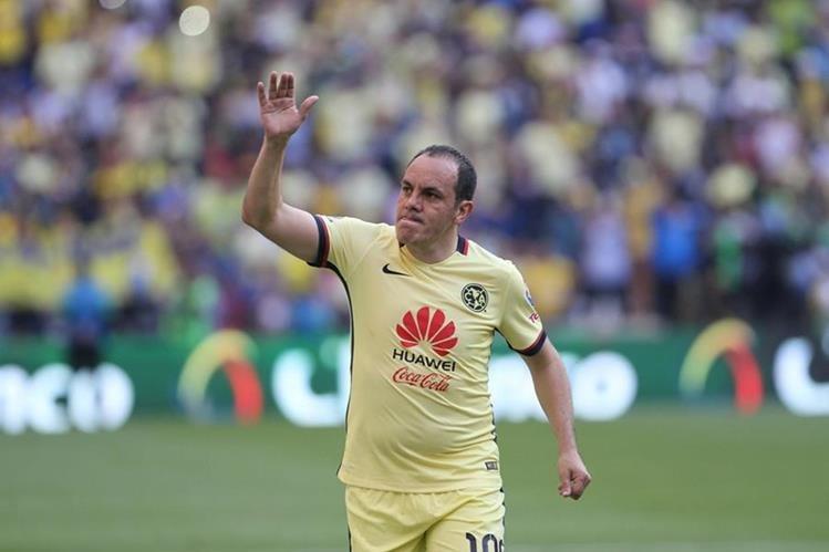 Cuauhtémoc se despide de la afición del América en el estadio Azteca. (Foto Prensa Libre: AP)