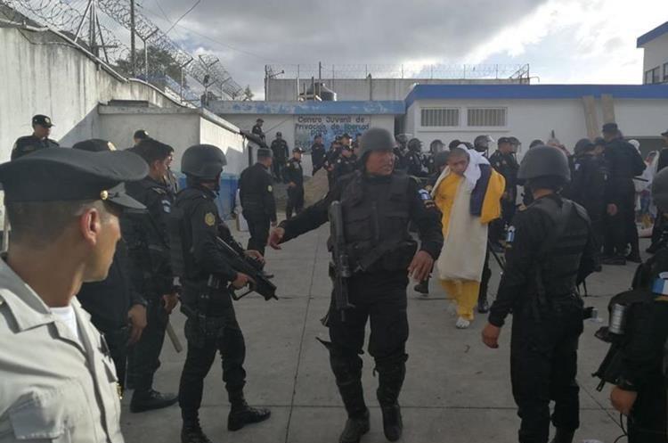 La PNC ingresó al centro para capturar a los adolescentes que permanecían atrincherados. (Foto Prensa Libre: Estuardo Paredes).
