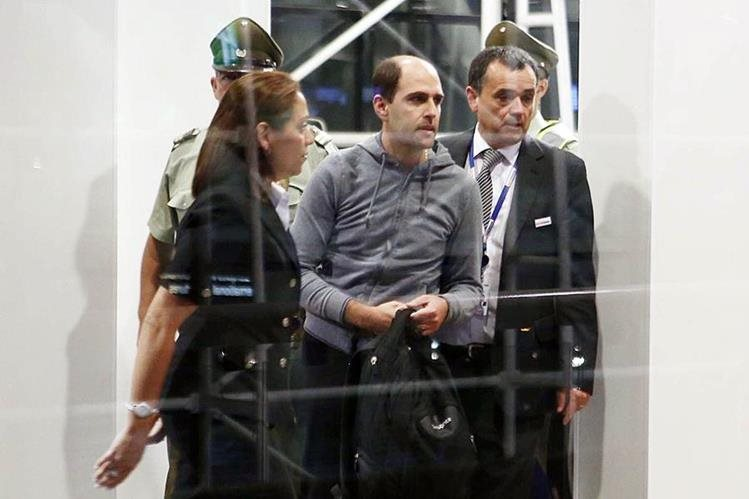 Sergio Jadue captado en elaeropuerto de Santiago el pasado 17 de noviembre mientras es escoltado por la policía para abordar un avión rumbo a Miami. (Foto Prensa Libre: EFE)