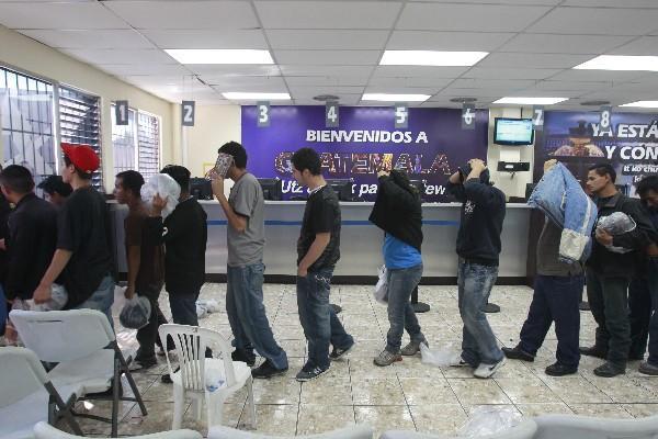 Las leyes antimigratorias en Estados Unidos  han generado un incremento de deportaciones, y solo este año fueron repatriados 30 mil 855 guatemaltecos de ese país y 30 mil 700  desde México.