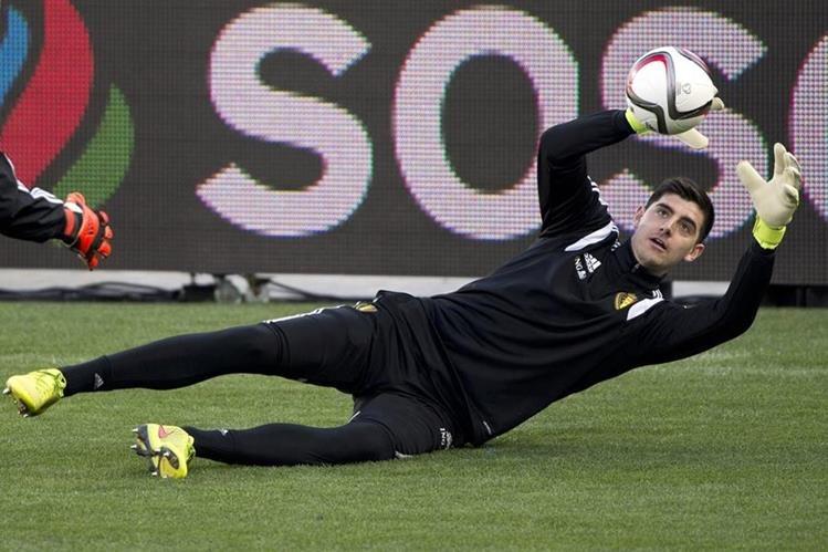 Medios españoles afirman, que Courtois fue operado de la rodilla y estará alejado de la cancha por cuatro meses. (Foto Prensa Libre: AP)