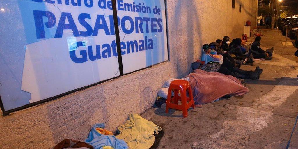 Pasaportes: Vendedores de espacios acampan desde las 19 horas