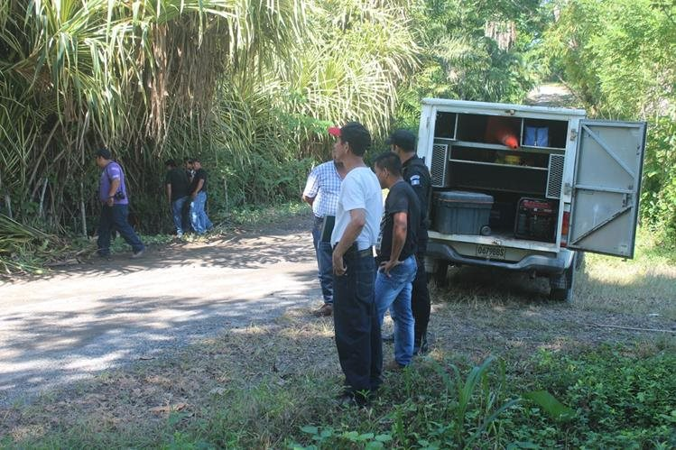 Peritos del Ministerio Público recaban evidencias en el lugar donde localizaron uno de los cadáveres, en Puerto Barrios, Izabal. (Foto Prensa Libre: Edwin Perdomo)