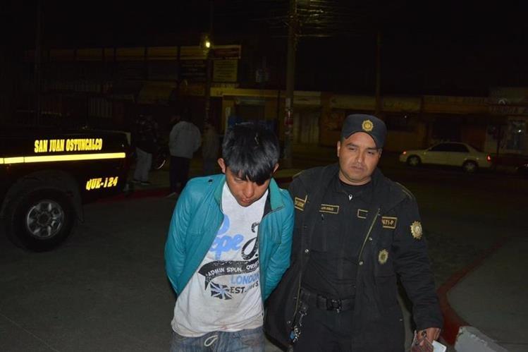 Marvin Manuel de León, de 18 años, es trasladado a un juzgado en Xela, sindicado de haber violado y golpeado a una mujer. (Foto Prensa Libre: PNC)