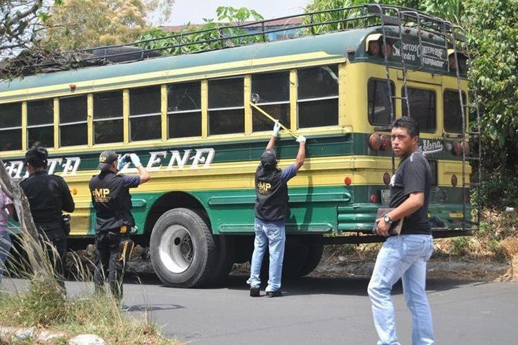 Peritos del Ministerio Público recaban evidencias en la zona 2 de Coatepeque, donde desconocidos atacaron al piloto de un autobús. (Por Alexánder Coyoy)