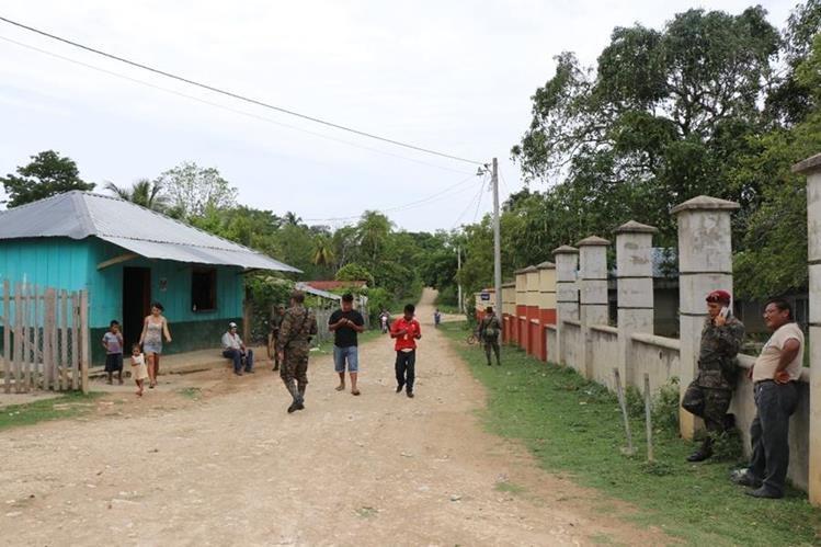 Soldados patruyan comunidades de la zona de adyacencia con Belice. (Foto Prensa Libre: Rigoberto Escobar)