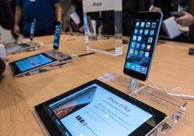 Un iPhone en exhibición en Lille, Francia, en 2014. Apple ha sido demandada por ralentizar los dispositivos (Foto Prensa Libre: AFP).