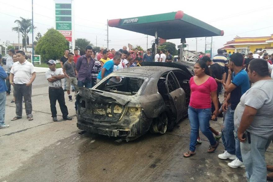 Vehículo queda destruido por incendio en una gasolinera de  El Progreso, Jutiapa. (Foto Prensa Libre: Hugo Oliva)