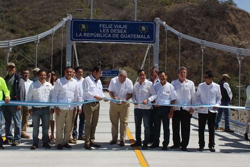 Autoridades de los gobiernos de Guatemala y El Salvador cortan la cinta inaugural para habilitar paso. (Foto Prensa Libre: Óscar González).