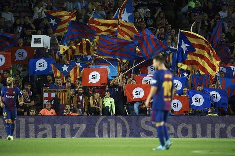 Aficionados ondean las banderas de Cataluña en el Camp Nou.