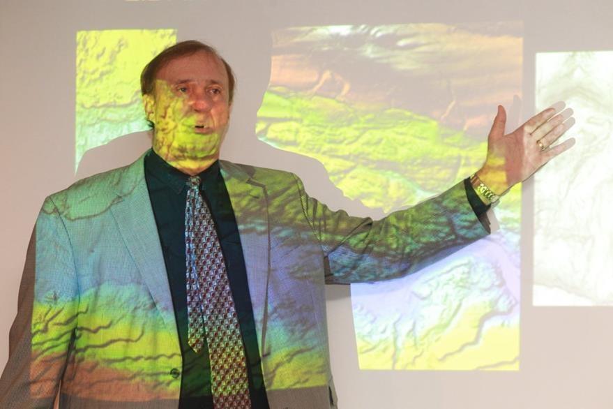 Richard Hansen director del proyecto Cuenca Mirador  explica los recientes descubrimientos. (Foto Prensa Libre: Estuardo Paredes)
