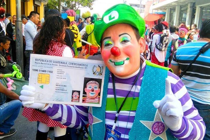 El Payaso Pepinito, de Retalhuleu, participa en un desfile de la Feria de la Risa, sobre la sexta avenida. (Foro Prensa Libre: Byron Dardón)