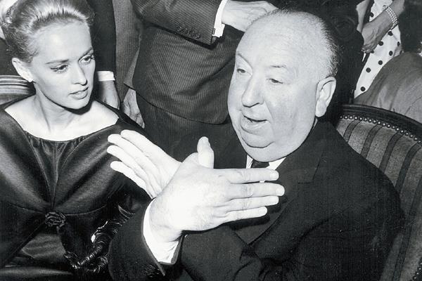 """Alfred Hitchcock haciendo una seña en referencia a su película """"Los Pájaros"""". Foto: EFE"""