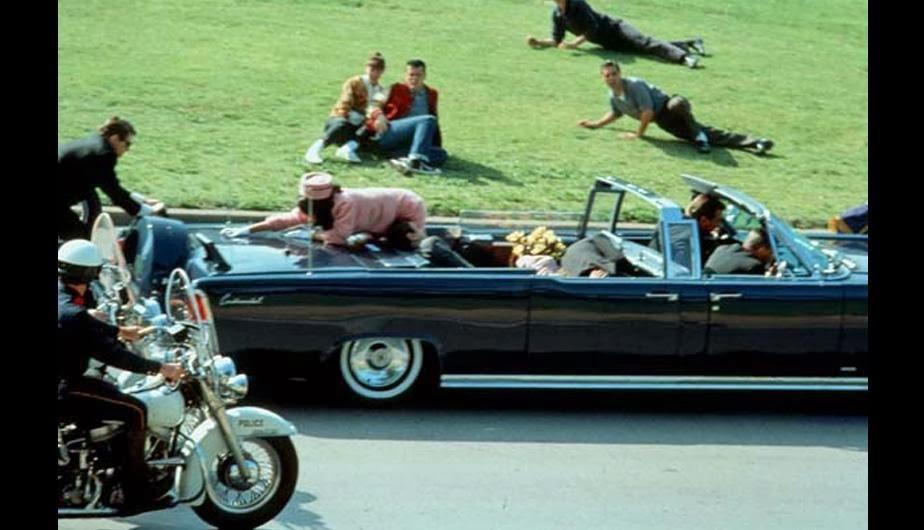 Fotografía del 22 de noviembre de 1963 que muestra uno de los momentos más impactantes en la historia del mundo: El asesinato del presidente John Kennedy. El mandatario estadounidense recorría en su vehículo la Plaza Dealey en Dallas, Texas, cuando fue mortalmente herido. (Foto Prensa Libre: radioamericahn.net).