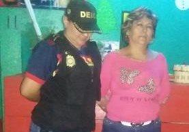 Maritza Gómez es aprehendida por agentes de la PNC en Suchitepéquez. (Foto Prensa Libre: PNC)
