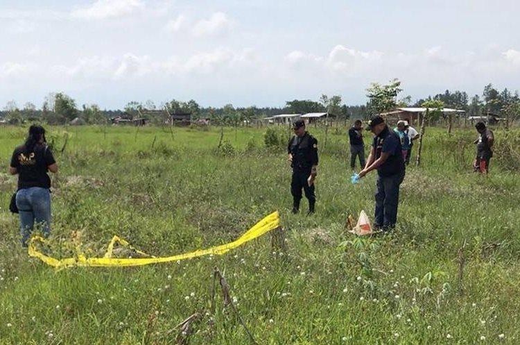 Peritos del Ministerio Público resguardan el lugar donde fue encontrado uno de los restos humanos. (Foto Prensa Libre: Dony Stewart)