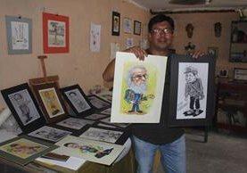 El artista plástico Marvin Eliseo Vásquez García muestra algunos de los retratos que ha hecho a quetzaltecos y a otros personajes. (Foto Prensa Libre: Fred Rivera)