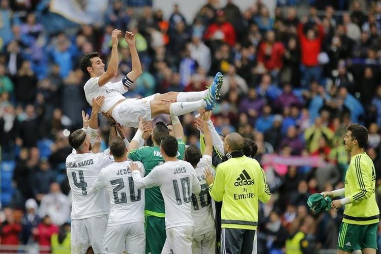 Álvaro Arbeloa fue levantado en hombros por sus compañeros al finalizar el partido en el Santiago Bernabéu. (Foto Prensa Libre: AFP)