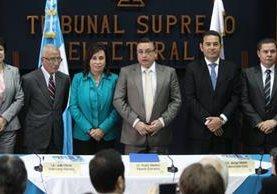 Sandra Torres y Jimmy Morales participan en una actividad del Tribunal Supremo Electoral, donde firmaron un pacto de no agresión. (Foto Prensa Libre: Esbin García)