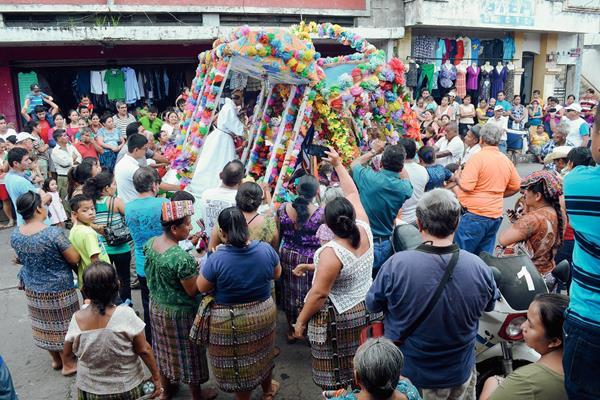 Cientos de fieles católicos de Retalhuleu, participan en el encuentro de las imágenes de San Antonio de Padua y San Sebastián Mártir, durante su recorrido. (Foto Prensa Libre: Jorge Tizol)