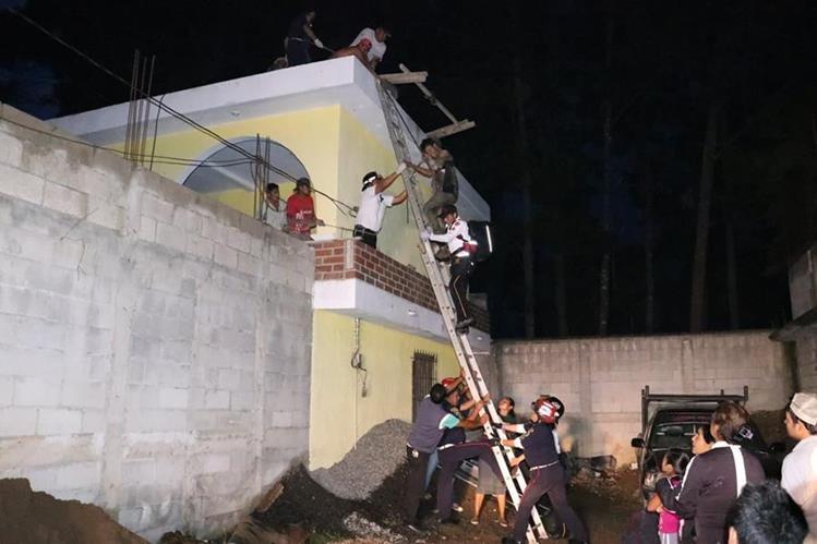 Augusto Ixtún Guarán fue rescatado por los Bomberos Voluntarios y Municipales, luego de que por accidente tocara cables de alta tensión, en Chimaltenango. (Foto Prensa Libre: Víctor Chamalé)