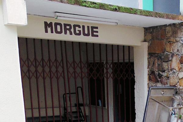 El cadáver de Manuel de Jesús Salazar fue trasladado a la morgue de la ciudad de Jalapa. (Foto Prensa  Libre: Hugo Oliva)