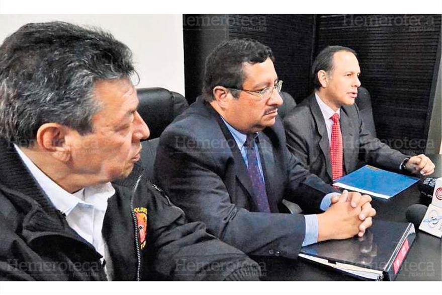 César González, de los Bomberos Voluntarios, se reúne con Dorval Carías y Alejandro Maldonado, de Conred, el 18/12/2013. (Foto: Hemeroteca PL)