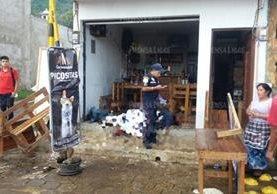 En esta cevichería ubicada en la calle principal de San Miguel ocurrió la balacera. (Foto: Prensa Libre)