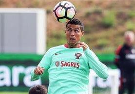 Cristiano Ronaldo trabaja con la Selección de Portugal para los partidos rumbo a Rusia 2018. (Foto Prensa Libre: AFP).