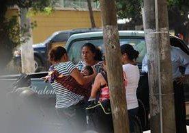 Familiares de un niño que murió a causa de la violencia esperan que les entreguen el cadáver afuera del Inacif. (Foto Prensa Libre: Hemeroteca PL)