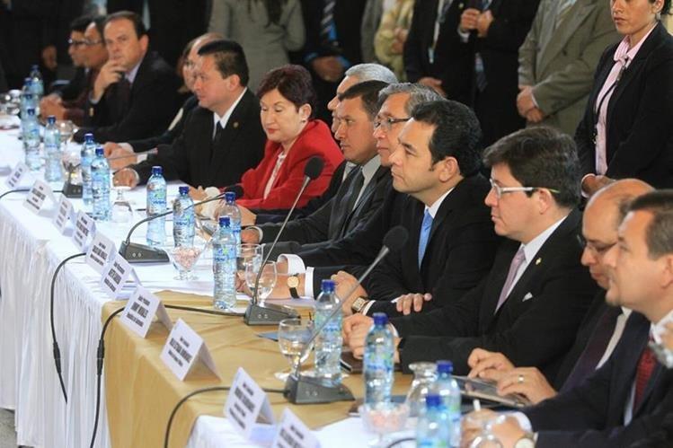 El presidente Jimmy Morales acudió al Congreso de la República para presentar propuestas de reformas a leyes (Foto Prensa Libre: Esbin García)