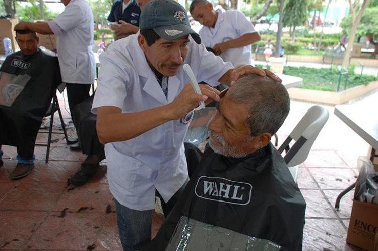 El servicio prestado en el quiosco del parque central de Chiquimula incluyó corte de cabello y barba.