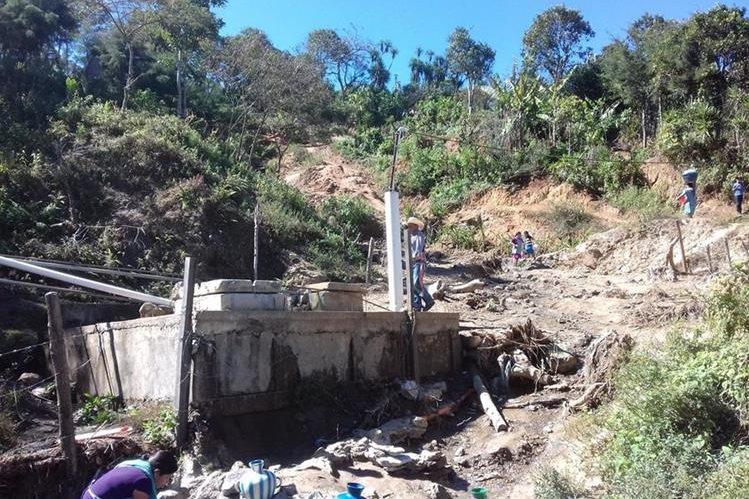 Vecinos solicitan a las autoridades ediles el traslado de la comunidad a la cabecera departamental, pues temen que se registre una tragedia. (Foto Prensa Libre: Mario Morales)