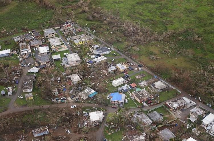 PRC36. TOA BAJA (PUERTO RICO), 30/09/2017.- Fotografía de residencias afectadas por el huracán María, durante un sobrevuelo de la Guardia Costera de Puerto rico en un helicóptero MH60. (Prensa Libre Foto: EFE/Thais Llorca)