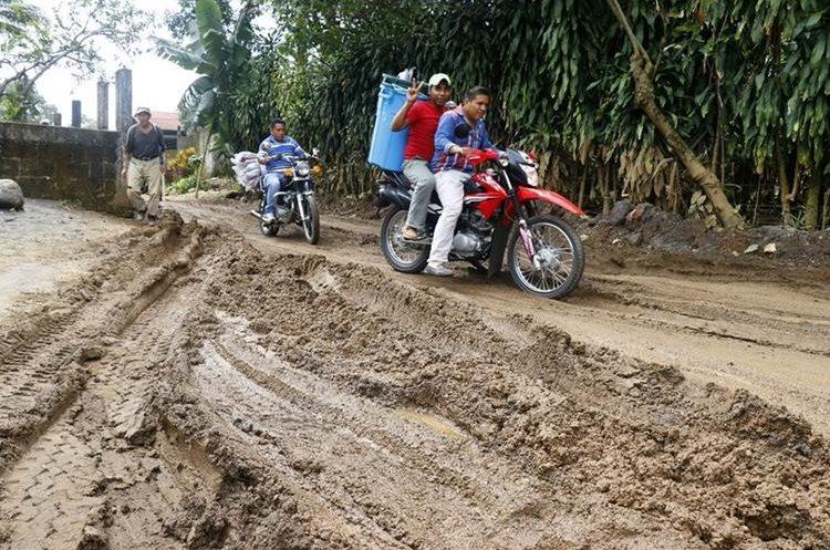 Motoristas se arriesgan a pasar por el camino de terracería que se utiliza como ruta alterna. (Foto Prensa Libre: Rolando Miranda)
