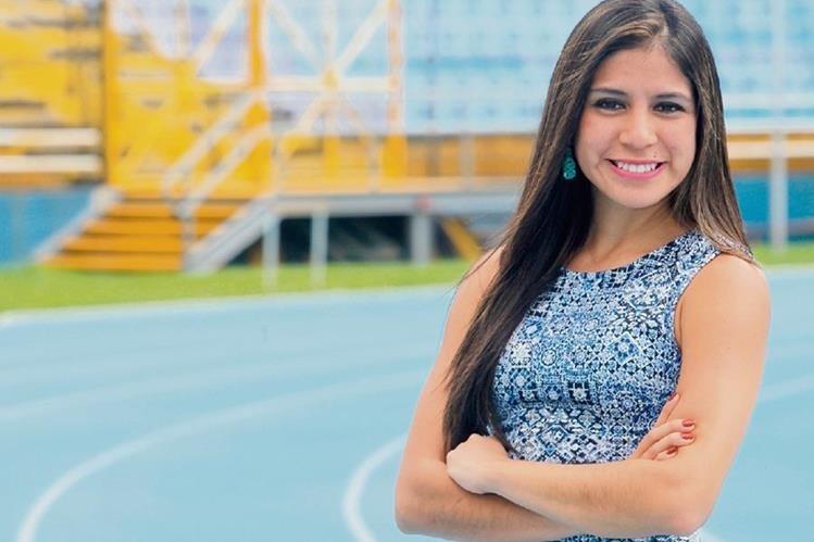 Estefany Cruz posa en el Estadio Mateo Flores, la casa del atletismo. (Foto Prensa Libre: Fernando López)