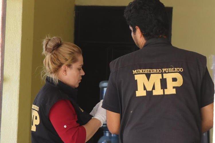 Peritos de la Fiscalía distrital del MP recaban evidencias en la sucursal de la Empresa Electrica Municipal.(Foto Prensa Libre: Hugo Oliva)